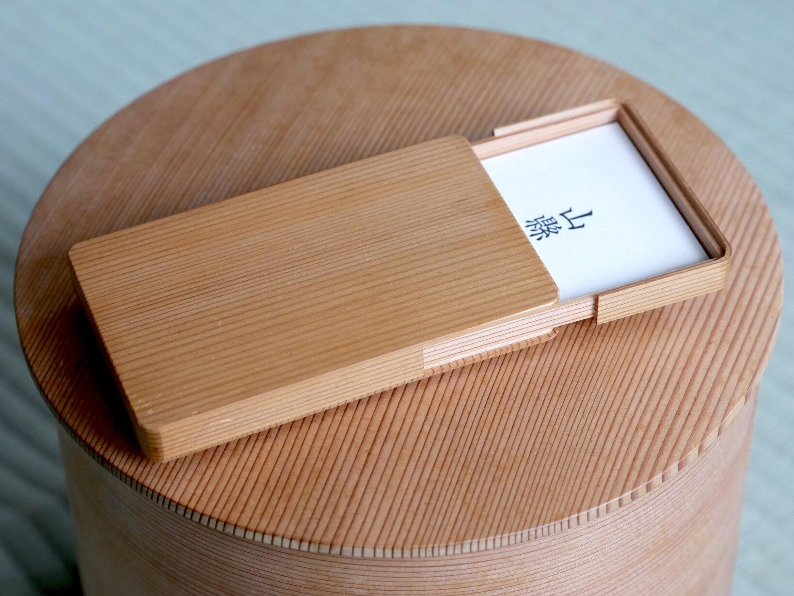 橋村家が長年培った技術の粋を究めた茶人垂涎の水差しの技術が、この名刺入れにぐっと凝縮されている。