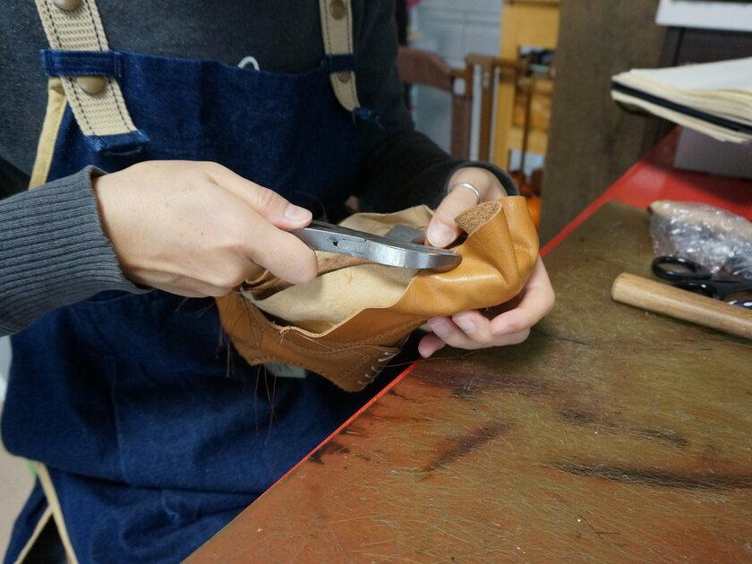 靴作りドキュメント第六回 アッパーを木型に合わせる作業「釣り込み」に進みます_image