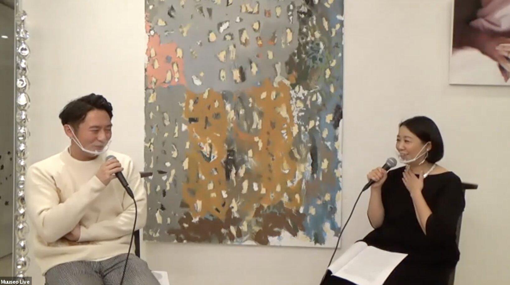 左:棟田響さん。現代アート・コレクター。投資運用会社にてファンドの運用に従事。2016年から現代アート・コレクションをはじめ、現在約40点を所有。仕事と子育ての合間に美術館やギャラリーを訪ね、国内外の若手・中堅の絵画・立体を中心に作品を収集。  右:ローゼン美沙子さん。ギャラリー「MISAKO & ROSEN」共同オーナーディレクター。1976年東京生まれ。大学在学中から「小山登美夫ギャラリー」に勤務。その後、10年間に渡り同ギャラリーにてあらゆる業務に携わる。2006年12月に独立し、夫のローゼン・ジェフリーと共に現代美術のギャラリー「MISAKO & ROSEN」を設立。今年で創業15年になる。