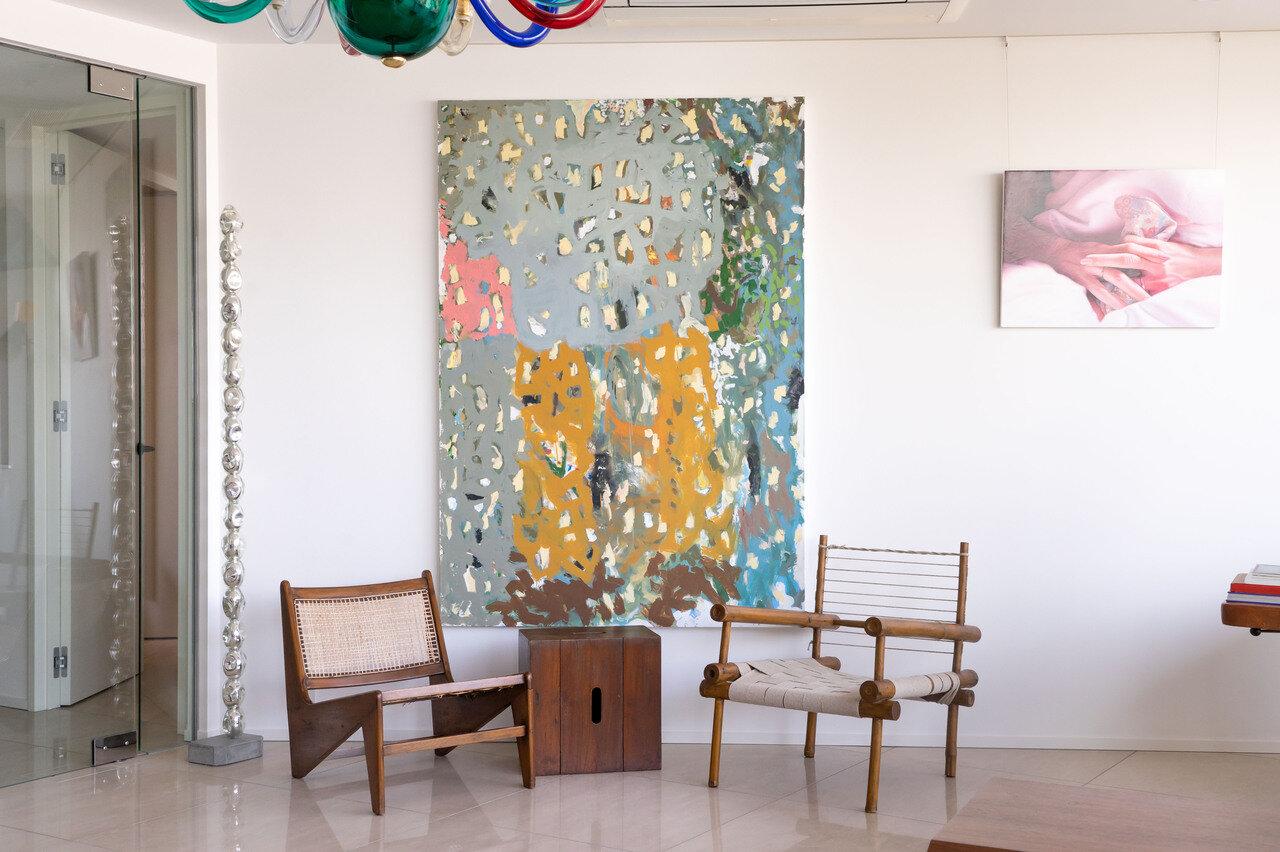 中央の大きなペインティングがリチャード・オードリッチの作品 Untitled  2016-2018 oil wax and enamel on linen 183x127cm
