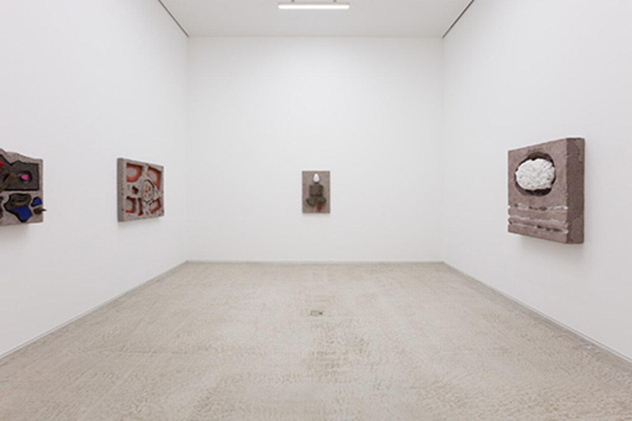 """エリカ・ヴェルズッティ「Chunk」 2018年 MISAKO & ROSENでの展示風景 Erika Verzutti  """"Chunk"""" 2018 installation view at MISAKO & ROSEN Courtesy of the artist and MISAKO & ROSEN Photo: KEI OKANO"""