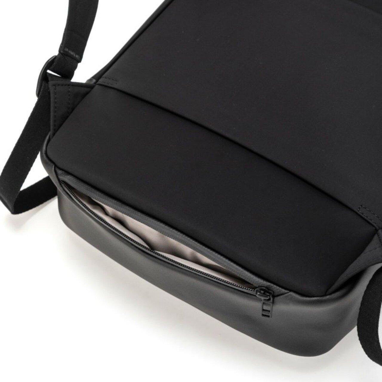 また、スマートフォンや鍵を入れておけるシークレットポケットは海外でもスリに合いにくく安心です。