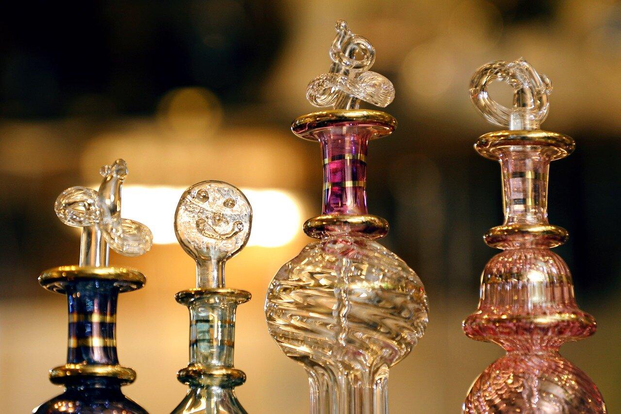 さまざまなキャップの香水瓶。左から2つ目はスマイルマークのようにも見える。