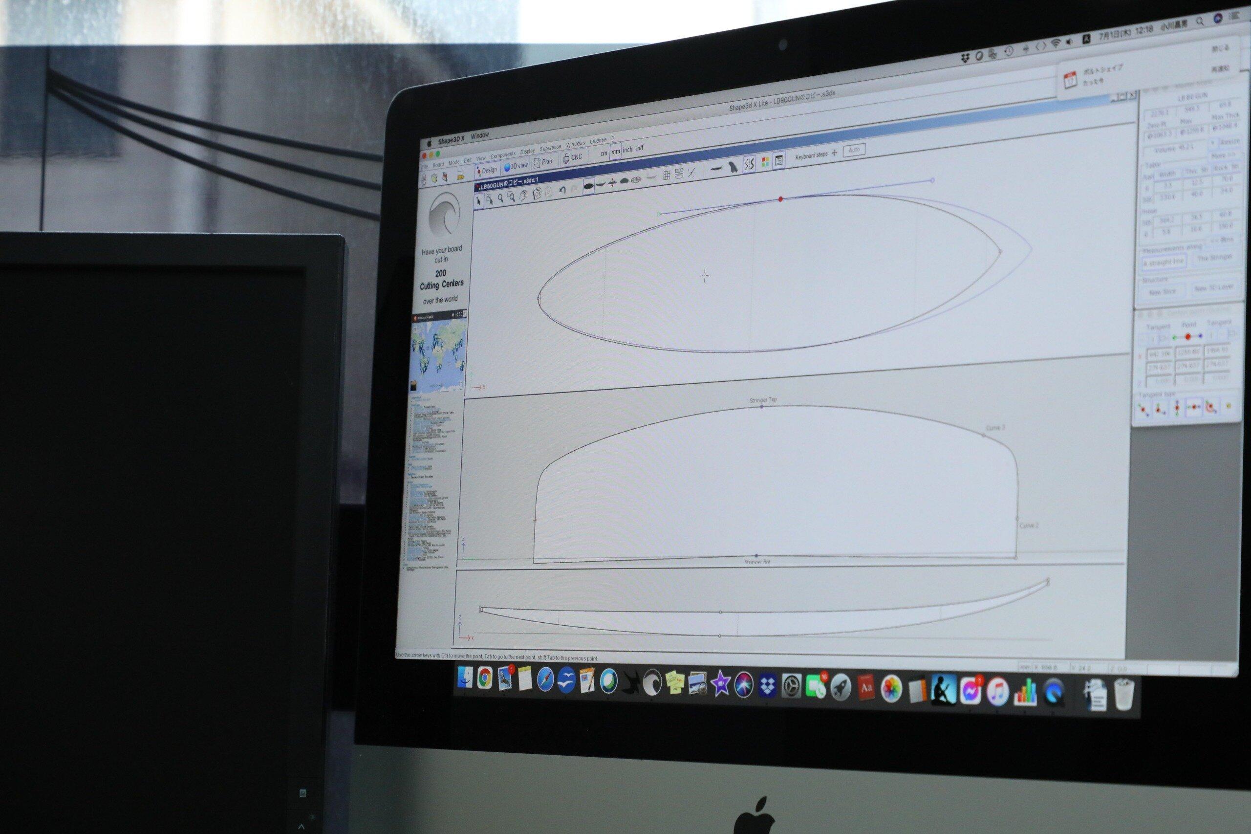 ハンドシェイプのための設計図を作っていく。 PC画面の二段目がサーフボードを横に割った断面図。山の頂点がセンターの厚さで側面がレールの厚さ。