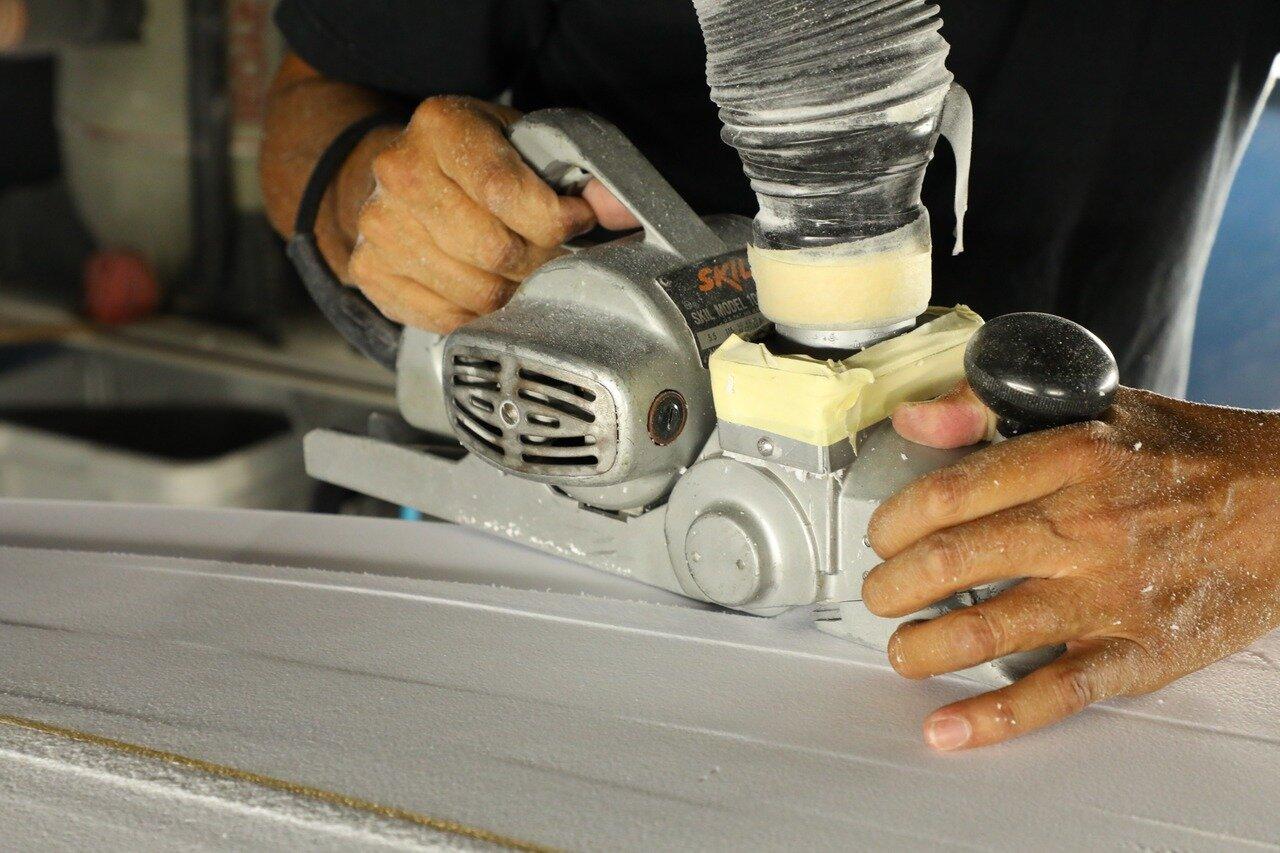 小川さんが愛用するプレーナー。プレーナーで全体を削り、やすりで細かく丁寧に調整していく。 小川さんは簡単そうに削っていくが、滑らかに削るのはなかなか難しい作業だ。