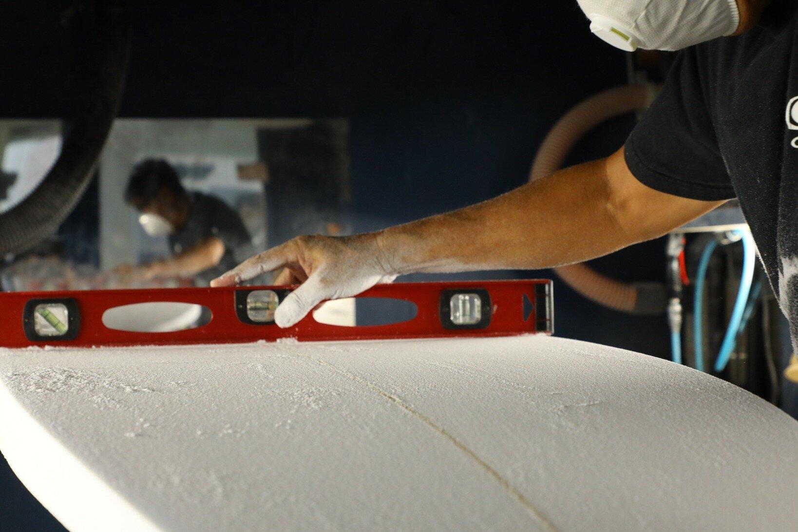 専用の器具でそれぞれの箇所のコンケーブの入り方を確認。 気づけばボトム側に入っていたイラストは全て削れて消えている。
