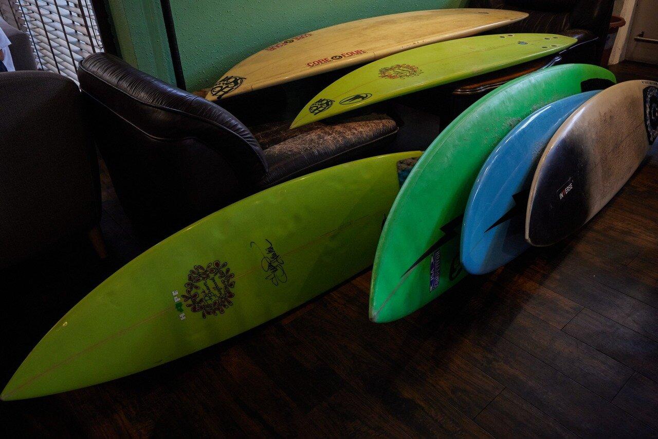 野村さんが使用するサーフボードの一部。長さや厚さが違うそれぞれのボードに思い出が詰まっている。