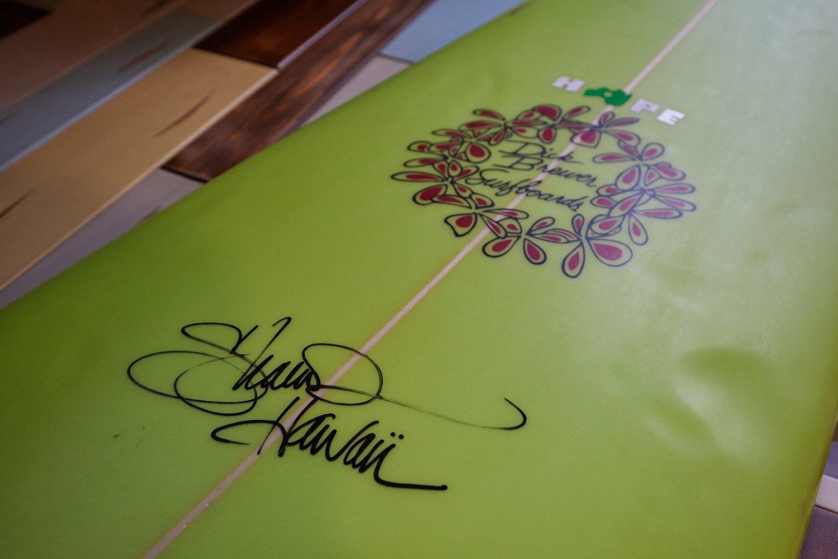 デッキにはハワイアンサーファーのシェーン・ドリアンのサインが。野村さんも憧れる世界的ビッグ・ウェーバーだ