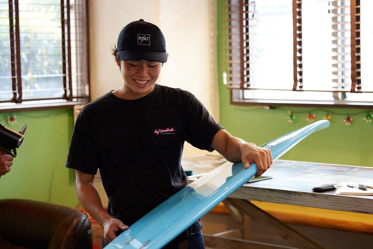 サーフボードを語る時、笑顔がこぼれる野村さん。 目指すのは「真面目なサーファー」